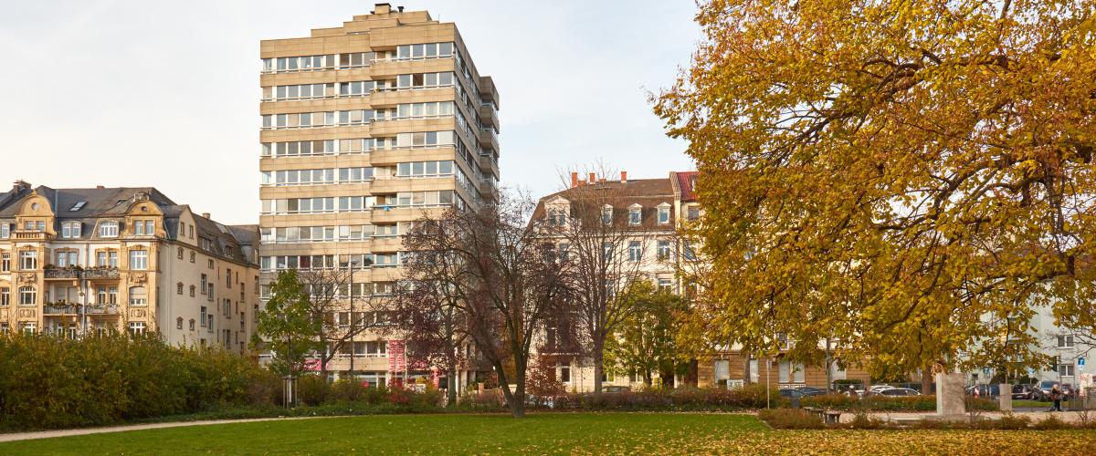 Herbstliche Gebäudeansicht vom Park auf GFS Beratung Büro Frankfurt